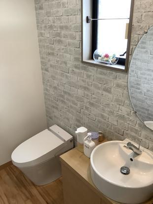 個性的な床と明るく癒されるトイレ空間