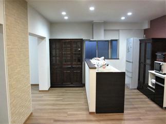 これまで壁付キッチンとテーブルを置いていた場所を造作壁対面キッチンに!