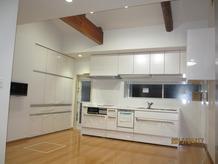 勾配天井とシステム収納で広々キッチン♪