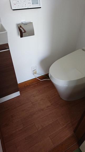 LIXILのタンクレストイレ サティスと手洗器