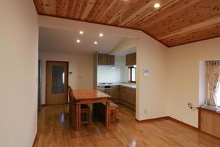 築85年の愛着のある建物の居間ダイニングキッチンを居心地のよい空間に