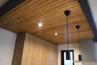 天井を木材で仕上げ