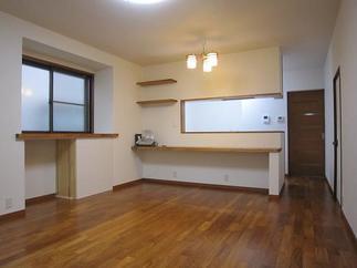 半独立式、外壁面取り付けタイプのキッチンを対面式にリフォームして、カウンターで簡単に食事ができるスペースを設けました。