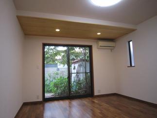 4畳増築したリビングです。庭の木々も近くに感じる大きな窓も取り付け。