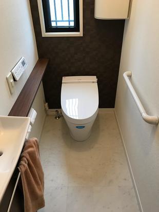落ち着きのあるシックなトイレへ