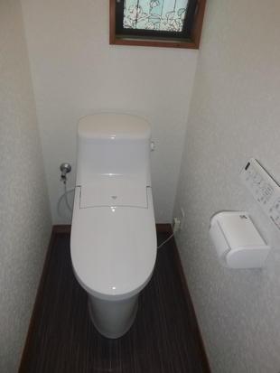 シンプルな色使いで統一感のあるトイレに