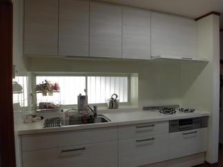 白の木目調のキッチン