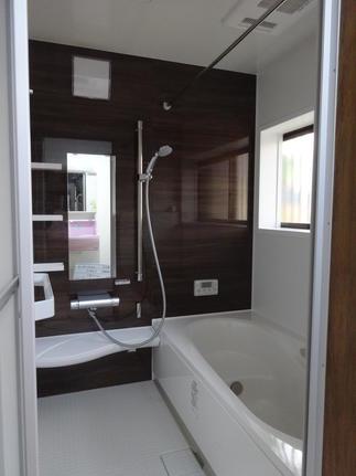 寒いタイルの浴室が