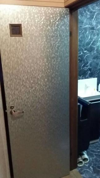 トイレのドアも表面だけ、チェンジ!