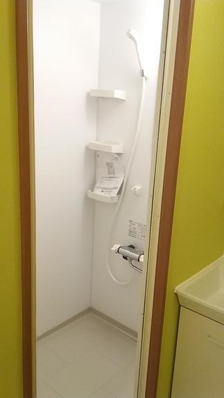 お風呂は撤去し、シャワールームに変身!