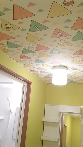 シャワールームの隣には今までなかった洗面化粧台も!天井のクロスも可愛くしました。