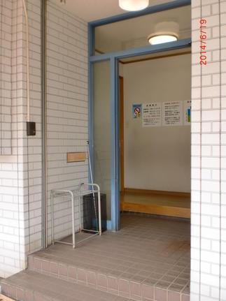 患者として訪れたこども医院・・・玄関の戸が「鍵が閉まってる??」ってくらい重くて、院長先生にお願いして直させて貰いました。
