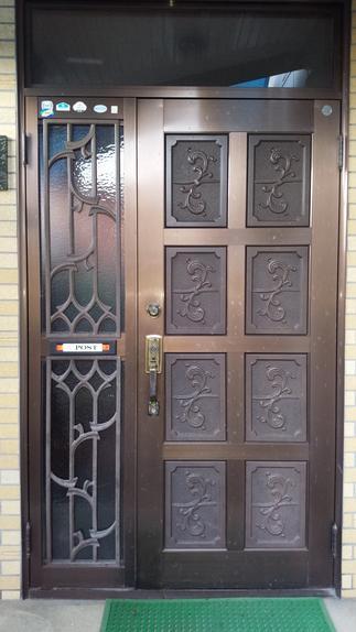 アルミの古い玄関戸・・・結露をヒドイです!!