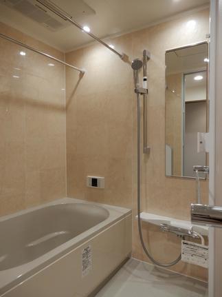 落ち着いた色のタイルと浴槽のLIXILアレスタを