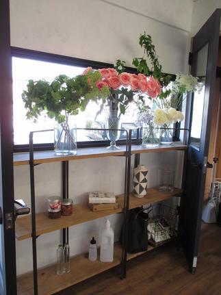 お花を使ったキャンドルやハーバリウム、小物を飾る棚も。