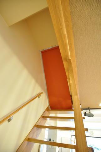 スケルトン階段の断熱対策として電動ロールスクリーン階段を設置
