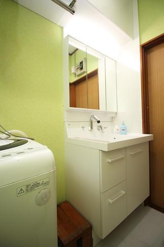 洗面化粧台の横の壁は水がはねても安心