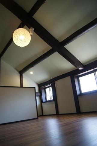 2階のフリースペースは勾配天井にして圧迫感を排除
