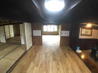 床は現代風でも古民家でも合う無垢材を