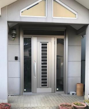 玄関ドア取替えにて建物の顔も一新しました。