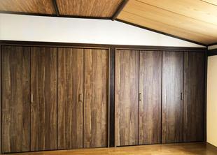 趣ある寝室に合わせた収納スペース