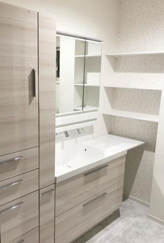 洗面まわりの小物がスッキリ収納できる洗面化粧台!