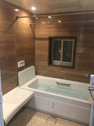 リフォームで窓付きの浴室を暖かいバスルームに。