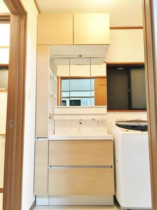 木目扉がかわいい、収納豊富な洗面台へ