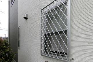 小さ目の窓には面格子で防犯対策