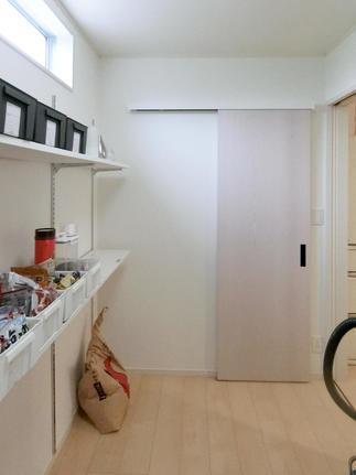 収納家具を置かずに済むように可動棚を設置