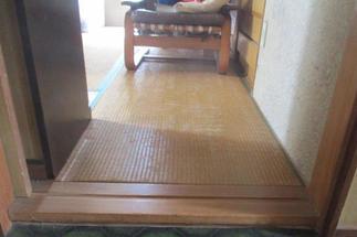2階の和室は引き戸と畳の高さ分高くなっていました