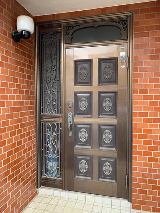 交換前、経年劣化で傷みのみられる玄関扉