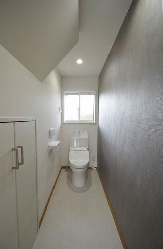 階段下の空間を利用して、家族もお客様も使い易い位置にトイレを配置。