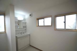 洗濯物も干せるほどゆったりとした、清潔感ある洗面脱衣室。