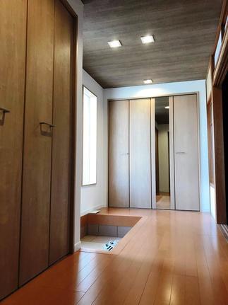 シューズクローク以外にも、アウトドア道具を収納できる大容量クロークを備える玄関。