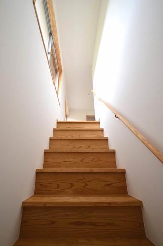 明るくて幅も広く、安心して毎日使える緩やかな勾配の階段。