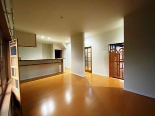 昼間でも暗い居間とキッチンと廊下を繋げて、明るくて広々LDKへリノベーション。