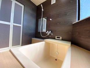 脱衣場からの段差もあり、触ると壁も冷たく寒いタイル張の浴室を、冷えにくい断熱浴室にリフォーム。