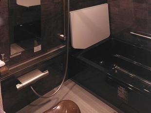 ダークトーンで高級感ある浴室