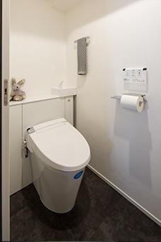 みせたくない配管もスッキリ隠したトイレ