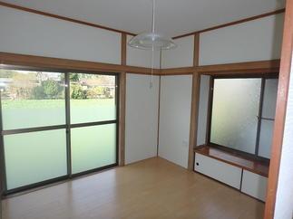 和のテイストを残しつつ、床・壁・天井と真っ白に!!清々しい空間になりました。
