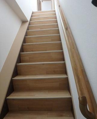 階段も明るくなり、手すりもついて安心