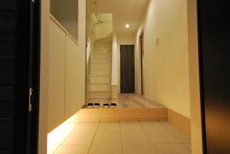 玄関も間接照明で空間演出
