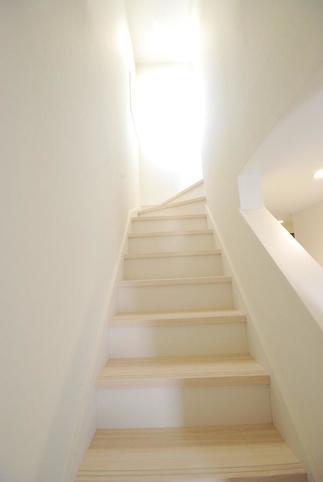 明るい日差しが差し込む階段