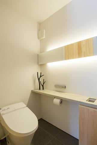 やわらかな光の間接照明が印象的なトイレ