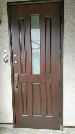 木製玄関ドアの塗り替えで風格ある玄関にリフォーム