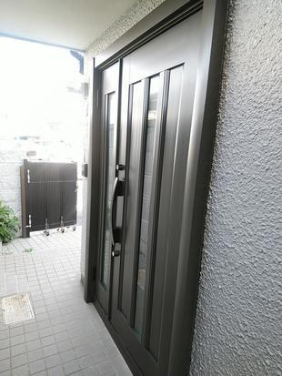 玄関ドアリフォーム 「リシェント」で玄関が明るくなりました