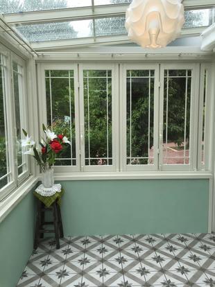 ワンちゃんと暮らす庭、ガーデンルームで家族の集まる空間に