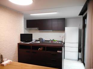 ほどよい高さの収納で間仕切った、お洒落で使い勝手の良いキッチンへ