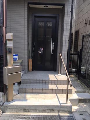 サインポストと手摺の取替、それに伴う玄関ポーチの改修工事をしました。